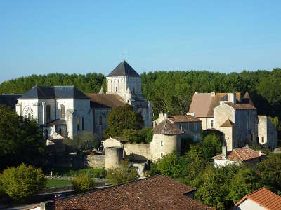 Abbaye saint junien nouaille maupertuis route des abbayes et monuments du haut poitou guide du tourisme de la vienne