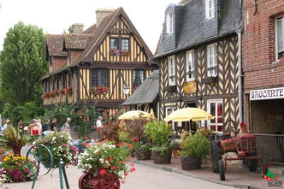Ancien fief de la famille d harcourt situe au c ur du pays d auge sur la route du cidre beuvron fait figure de carte postale avec ses maisons a pans de bois