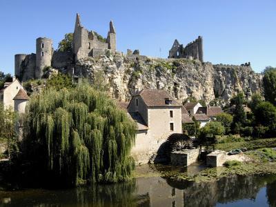 Angles sur l anglin juche sur un piton rocheux le chateau monument emblematique de la cite route des abbayes et monuments du haut poitou guide du tourisme de la vienne