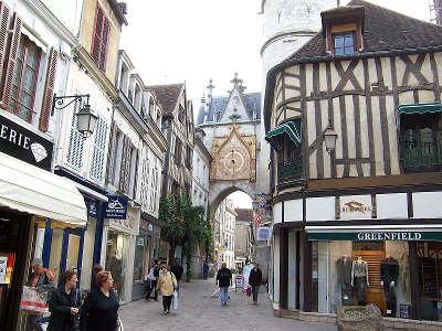 Auxerre la tour de l horloge routes touristiques dans l yonne guide du tourisme en bourgogne