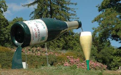 Avize bouteiile et verre a champagne a l entree du bourg route touristique du champagne cote des bar
