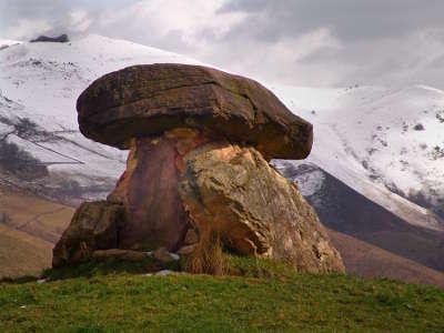 Basse navarre dolmen route d iraty aux arbailles les routes touristiques pyrenees atlantiques guide du tourisme nouvelle aquitaine