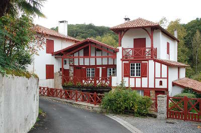 Bastide clairence maisons dans la bastide classe plus beaux villages de france routes touristiques des pyrenees atlantiques guide du tourisme nouvelle aquitaine