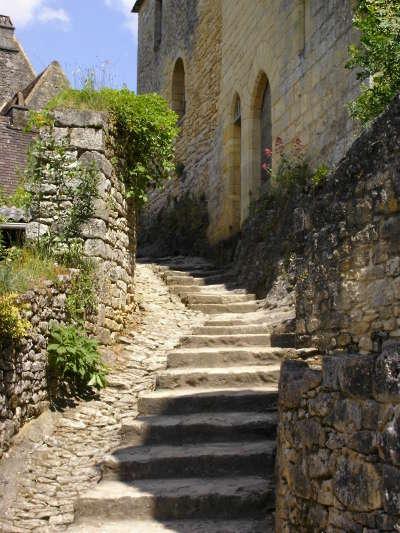 Beynac et cazenac ruelles vers le chateaux routes touristiques de la dordogne guide du tourisme de nouvelle aquitaine