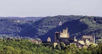 Beynac et cazenac vue sur le chateaux routes touristiques de la dordogne guide du tourisme de nouvelle aquitaine