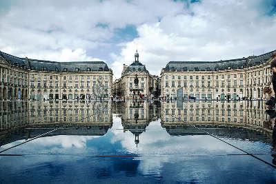 Bordeaux la place de la bourse derriere son miroir d eau routes touristiques en gironde guide du tourisme nouvelle aquitaine