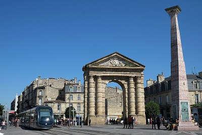Bordeaux porte d aquitaine et obelisque d ivan theimer place de la victoire routes touristiques en gironde guide du tourisme nouvelle aquitaine