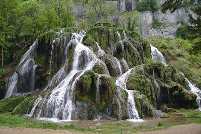 Cascade des tufs route des vins du jura guide du tourisme du jura