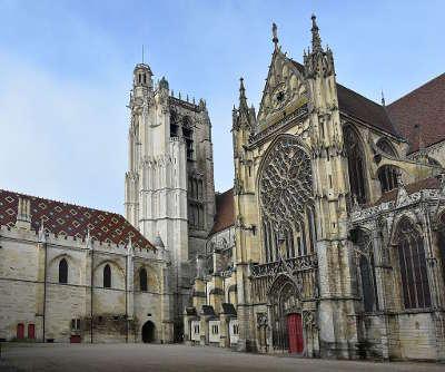 Cathedrale saint etienne de sens routes touristiques dans l yonne guide du tourisme en bourgogne