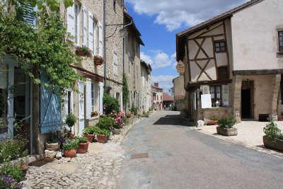Charroux ruelle plus beaux villages de france routes touristiques de l allier guide touristique auvergne
