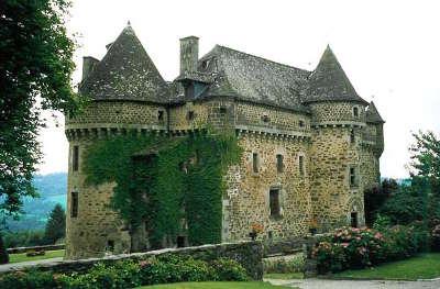 Chateau d auzers route historique des chateau d auvergne guide du tourisme du cantal
