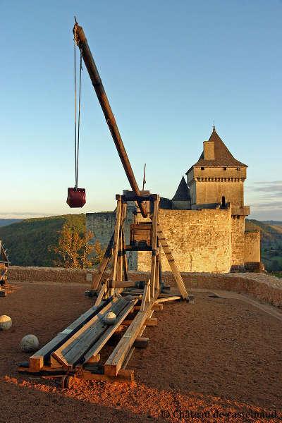 Chateau de castelnaud reconstitutions de trebuchets routes touristiques de dordogne guide du tourisme en nouvelle aquitaine