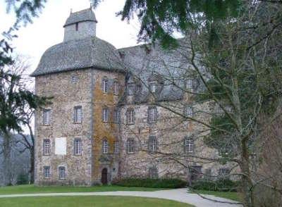 Chateau de conros route historique des chateau d auvergne guide du tourisme du cantal