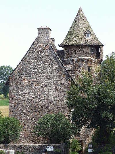 Chateau de la tremolliere route historique des chateau d auvergne guide du tourisme du cantal