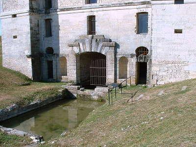 Chateau de maulnes le nymphee vu de l exterieur avant restauration route historique des ducs de bourgogne