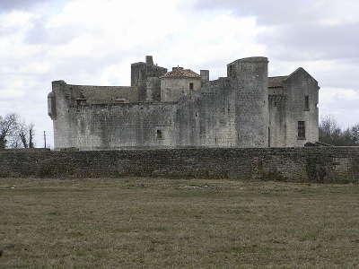 Chateau de saint jean d angles route des tresors de saintonge guide du tourisme de la charente maritime