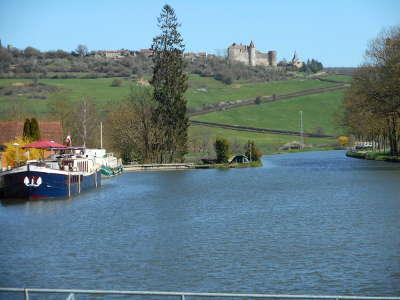 Chateauneuf en auxois le canal de bourgogne plus beaux villages de france routes touristiques en cote d or guide du tourisme en bourgogne