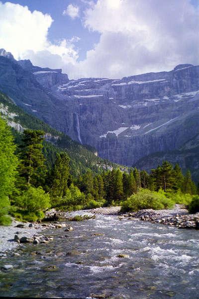 Cirque de gavarnie avec la grande cascade en fond 422 m donnant naissance au gave de pau route des cols des pyrenees