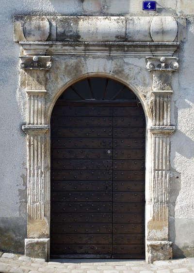 Civray porte a l italienne 4 rue louis xiii route des abbayes et monuments du haut poitou guide du tourisme de la vienne