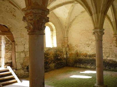 Cloitre de abbaye de l etoile route des abbayes et monuments du haut poitou guide du tourisme de la vienne