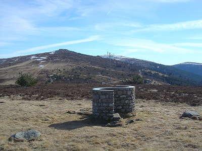 Col du beal table d orientation de roche courbe 1 433 m et vue sur les sommets de peyre mayou et pierre sur haute routes touristiques du puy de dome guide touristique auvergne