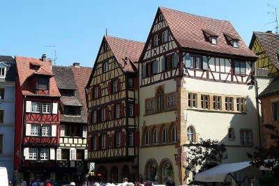 Colmar la maison adolph sur la place de la cathedrale guide du tourisme du haut rhin alsace