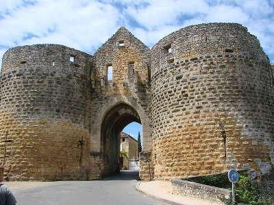 Domme une des entrees de domme la porte des tours routes touristiques de dordogne guide touristique de nouvelle aquitaine