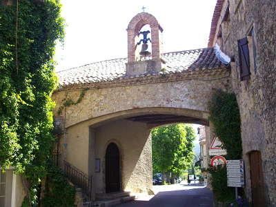 Eglise de la sainte trinite et entree du village de tourtour sur la route de la truffe var provence alpes cote d azur guide du tourisme