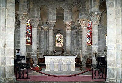 Eglise de saint nectaire les colonnes et chapiteaux du rond point les routes touristiques du puy de dome guide touristique auvergne