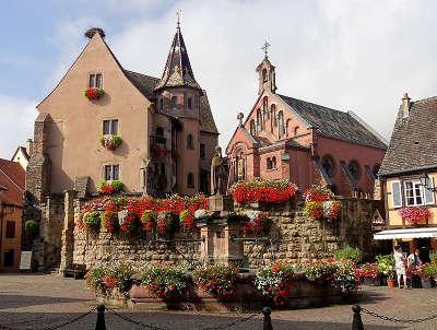 Eguisheim chateau chapelle et fontaine saint leon route touristique du haur rhin guide du tourisme en alsace