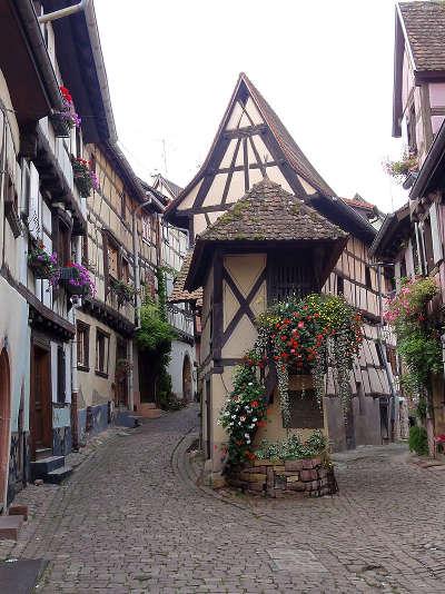 Eguisheim rue du rempart sud route touristique du haur rhin guide du tourisme en alsace