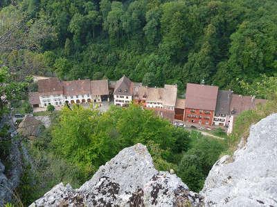Ferrette vue du village depuis le chateau route des carpes frites guide du tourisme du haut rhin alsace