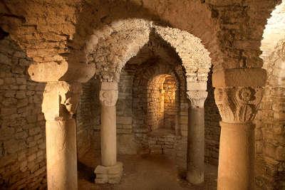 Flavigny sur ozerain chapelle sainte reine plus beaux villages de france routes touristiques en cote d or guide du tourisme en bourgogne