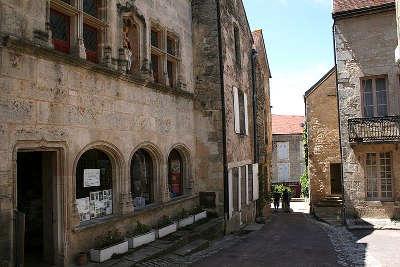 Flavigny sur ozerain la maison au donataire plus beaux villages de france routes touristiques en cote d or guide du tourisme en bourgogne