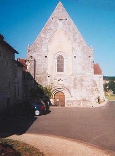 Fontaine le comte facade de l abbatiale route des abbayes et monuments du haut poitou guide du tourisme de la vienne