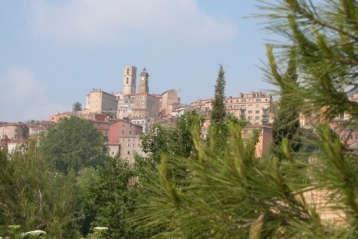 Grasse vue de la vielle ville route napoleon route touristique en france