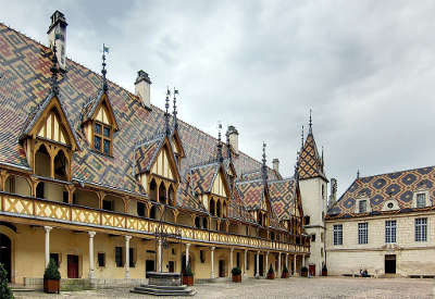 Hospices de beaune la cour de l hotel dieu routes touristiques en cote d or guide du tourisme en bourgogne
