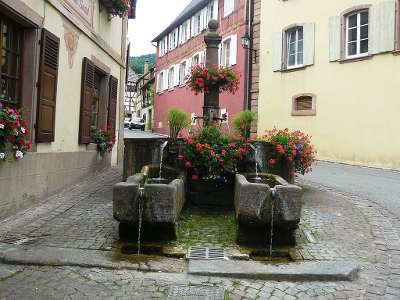 Hunawihr fontaine du xviiie siecle avec ses deux bassins secondaires routes touristiques du haut rhin guide du tourisme alsace