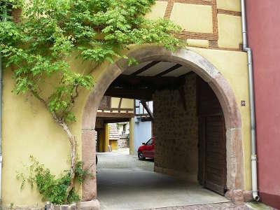 Hunawihr portique d une ancienne cave vinicole routes touristiques du haut rhin guide du tourisme alsace