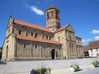L eglise paroissiale saints pierre et paul est une eglise romane a rosheim dans le bas rhin route romane d alsace guide touristique