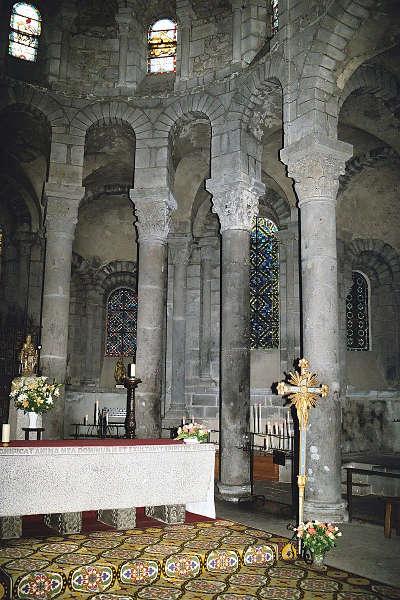 La basilique d orcival colonnes et chapiteaux du rond point les routes touristiques du puy de dome guide touristique auvergne 1
