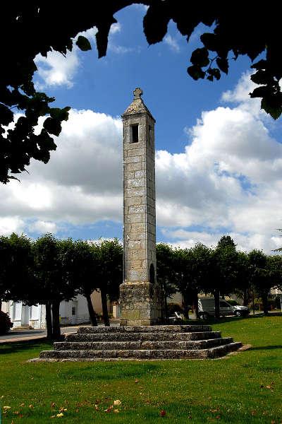 La lanterne des morts a antigny route des abbayes et monuments du haut poitou guide du tourisme de la vienne