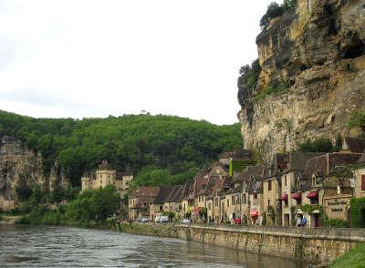 La roque gageac au bord de la dordogne plus beaux villages de france routes touristiques de la dordogne guide touristique de nouvelle aquitaine