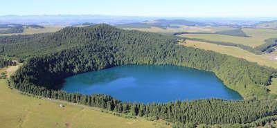 Lac pavin besse route des lacs d auvergne guide touristique du puy de dome