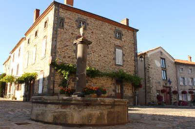 Lavaudieu la place du village plus beaux villages de france routes touristiques de haute loire guide touristique auvergne