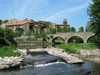 Lavaudieu le village vue de la rive plus beaux villages de france routes touristiques de haute loire guide touristique auvergne
