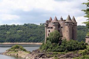 Le chateau en bordure du lac de bort les orgues route historique des chateau d auvergne guide du tourisme du cantal