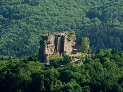 Le chateau vu du hohenbourg route des chateaux d alsace guide du tourisme copie
