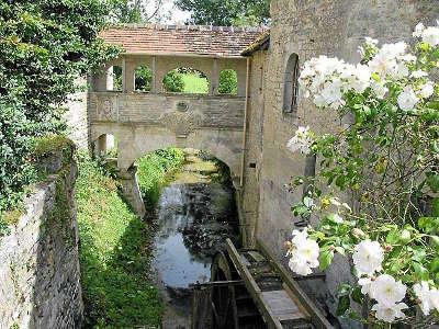 Le moulin foulon entre lantheuil et cully situe sur la petite riviere de la thue route des moulins guide du tourisme calvados normandie