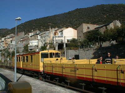 Le petit train jaune au depart de villefranche de conflent route des cols des pyrenees guide touristique des pyrenees orientales